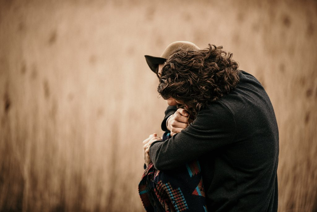 Couple Session Isle Skye couple dans hautes herbes ecosse