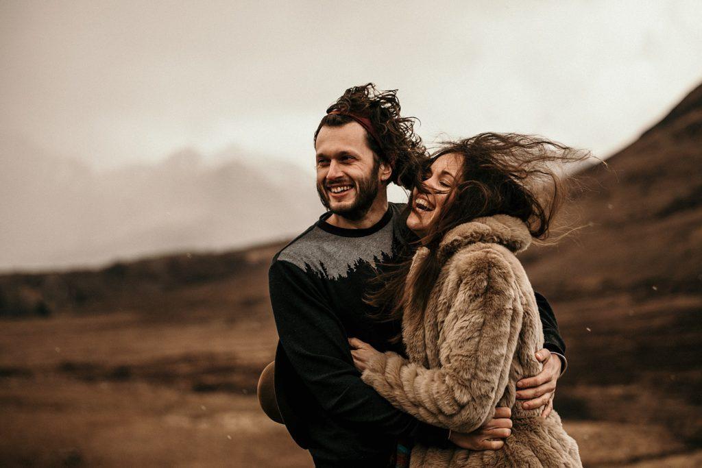 Engagement Session Isle of Skye vent dans les cheveux avec la grele