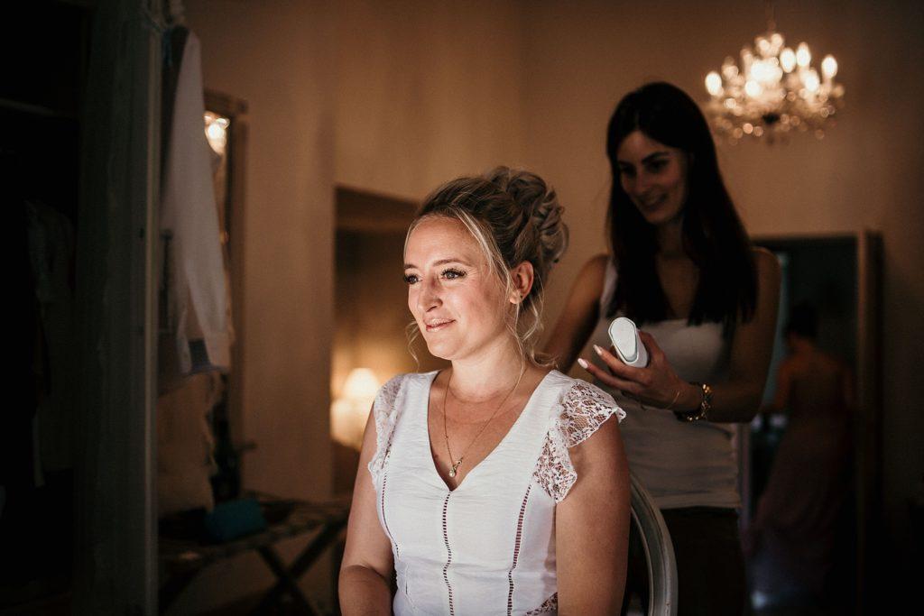 Photographe Mariage Prieuré de Vernelle préparatifs de la mariée dans la chambre