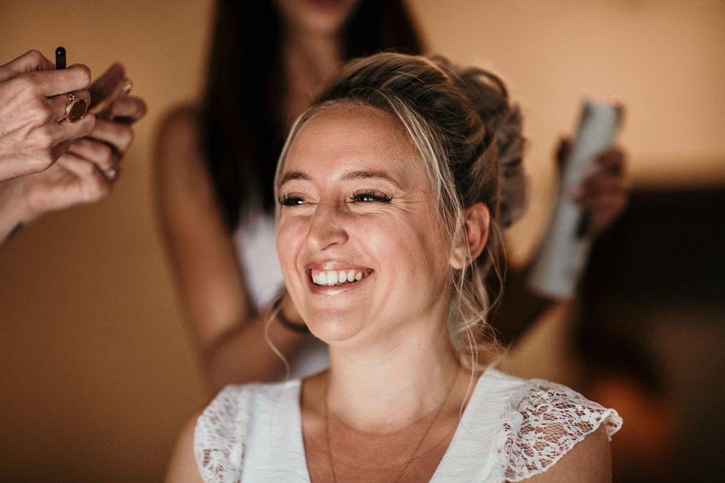 Photographe Mariage Prieuré de Vernelle sourire de la mariée pendant préparatifs