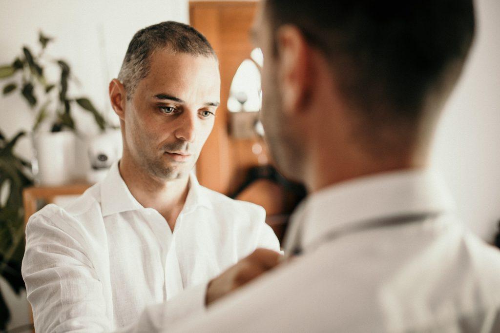 Photographe Mariage Prieuré de Vernelle préparatifs du marié