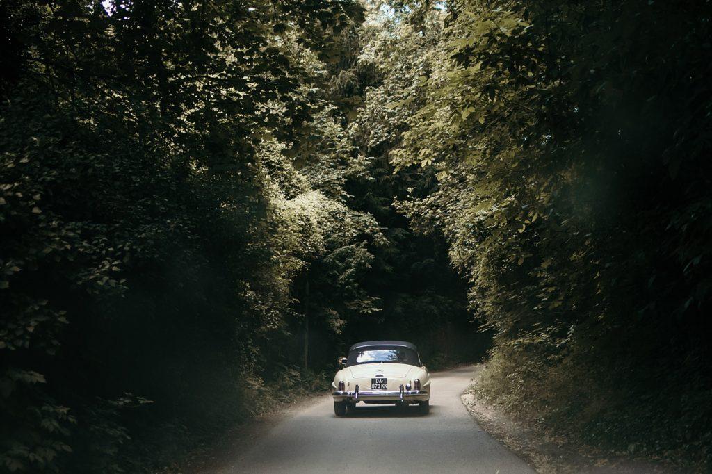 Photographe Mariage Prieuré de Vernelle voiture ancienne mariage