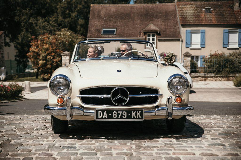 Photographe Mariage Prieuré de Vernelle ancienne mercedes mariage