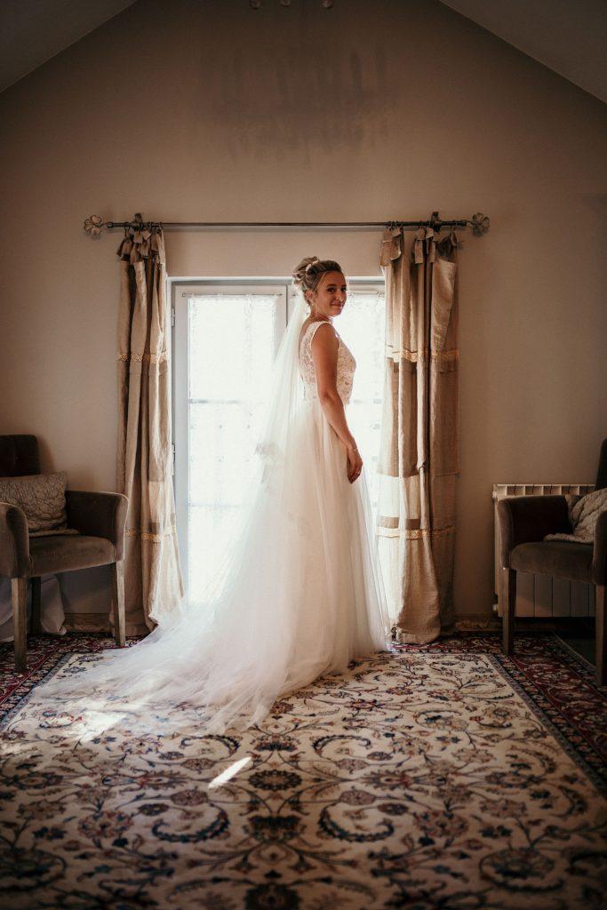 Photographe Mariage Prieuré de Vernelle préparatifs mariée chambre prieuré