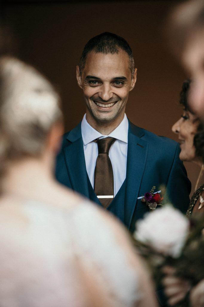 Photographe Mariage Prieuré de Vernelle marié sourire