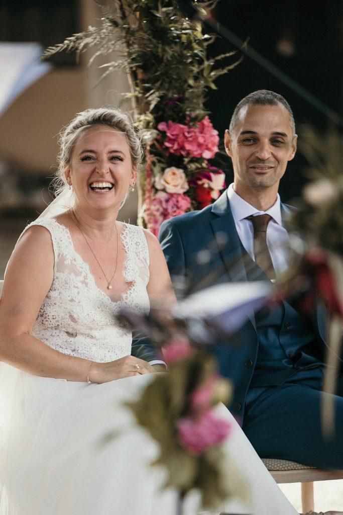 Photographe Mariage Prieuré de Vernelle mariés souriant pendant cérémonie