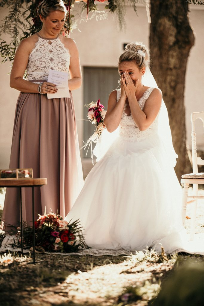 Photographe Mariage Prieuré de Vernelle mariée en pleurs cérémonie laique