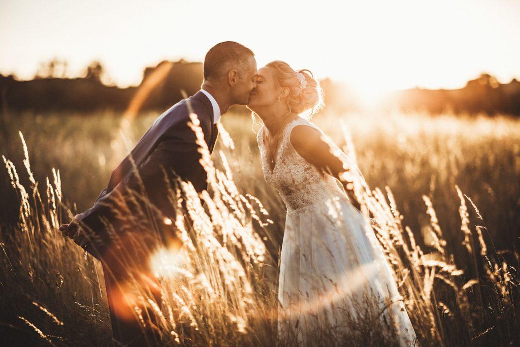 Photographe Mariage Prieuré de Vernelle bisou des mariés avec halo lumineux