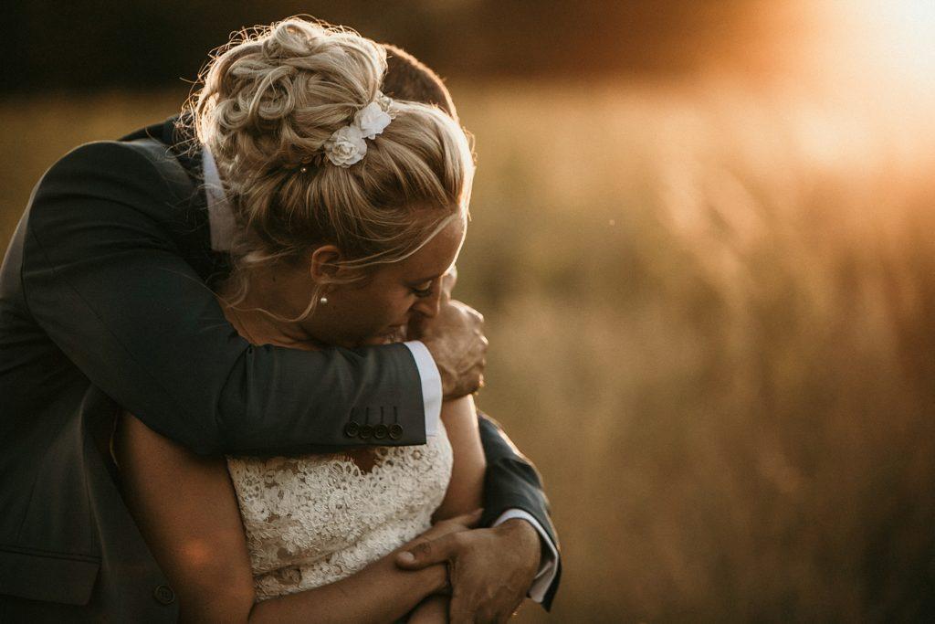 Photographe Mariage Prieuré de Vernelle photo de couple avec halo de lumière