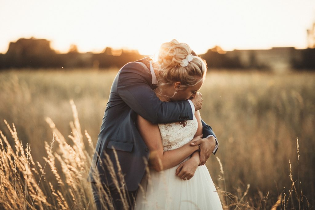 Photographe Mariage Prieuré de Vernelle photo couple coucher de soleil dans les champs