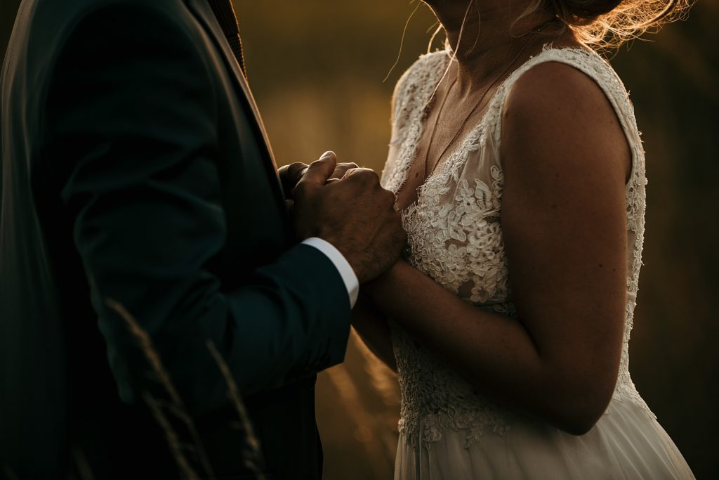Photographe Mariage Prieuré de Vernelle photo de couple a l'heure dorée