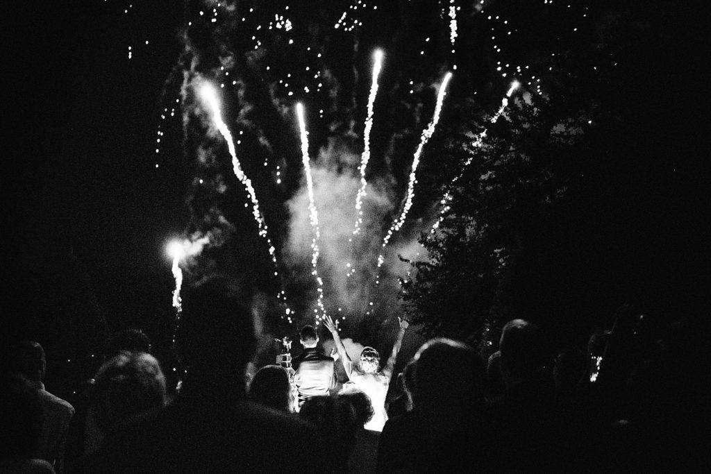Photographe Mariage Prieuré de Vernelle photo feux d'artifice en noir et blanc