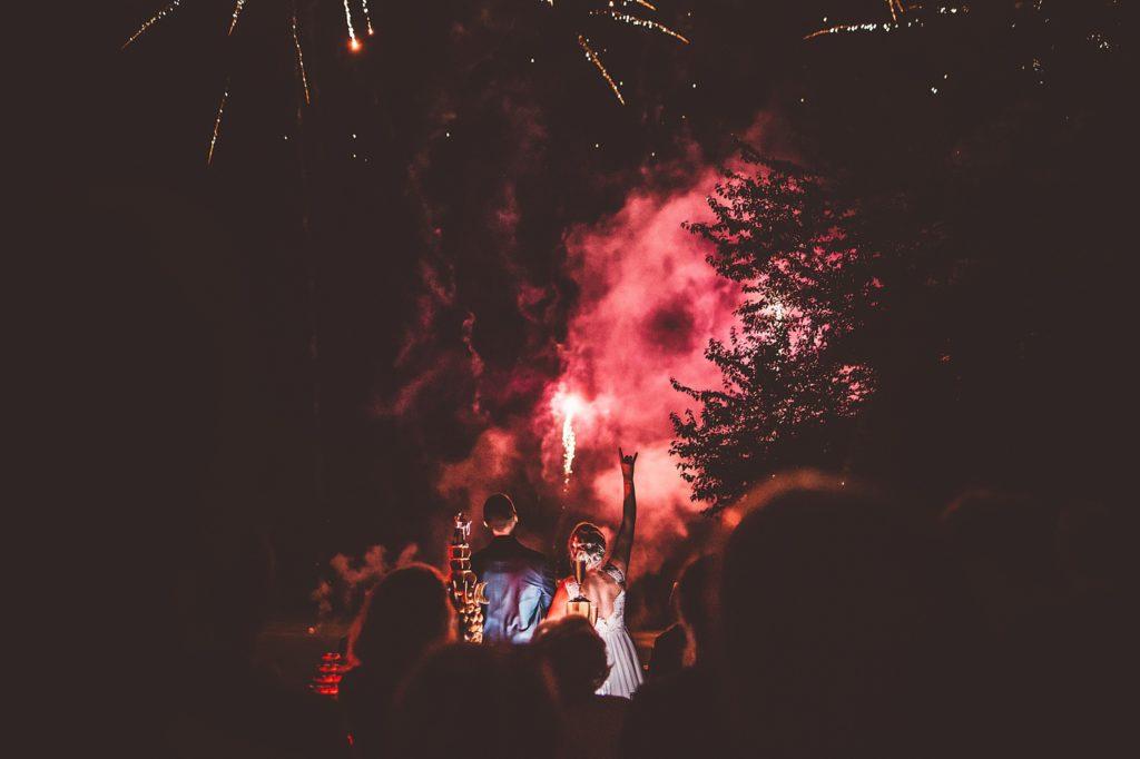 Photographe Mariage Prieuré de Vernelle feux d'artifice rouge