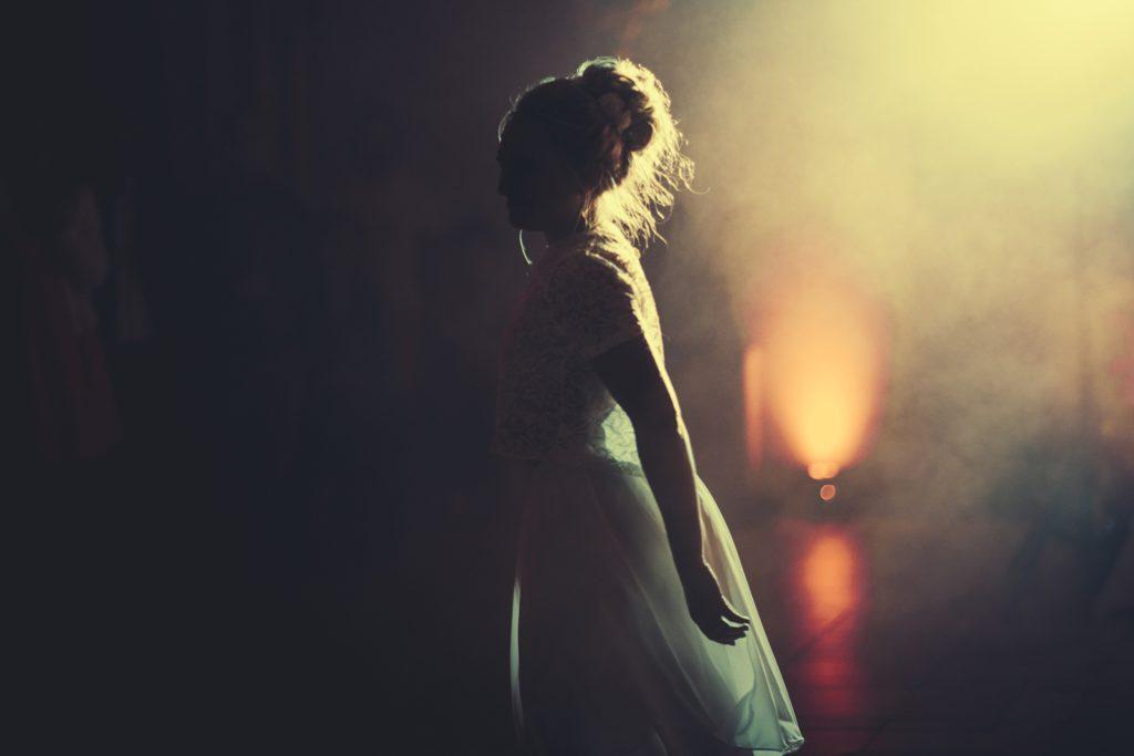 Photographe Mariage Prieuré de Vernelle mariée qui danse