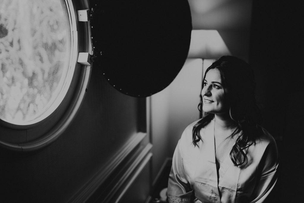 Photographe Mariage Yvelines sourire mariée préparatifs noir et blanc
