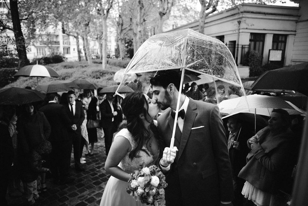 Photographe Mariage Yvelines photo mariage sous la pluie en noir et blanc
