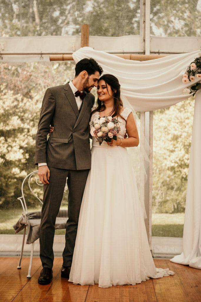 photographe mariage yvelines communion entre les mariés pendant cérémonie laique