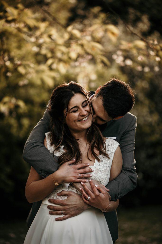 Photographe Mariage Yvelines mariés s'enlaçant