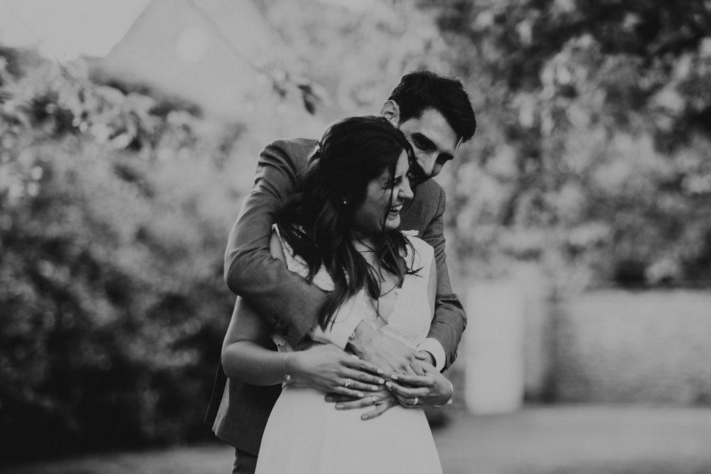 Photographe Mariage Yvelines mariés rires noir et blanc