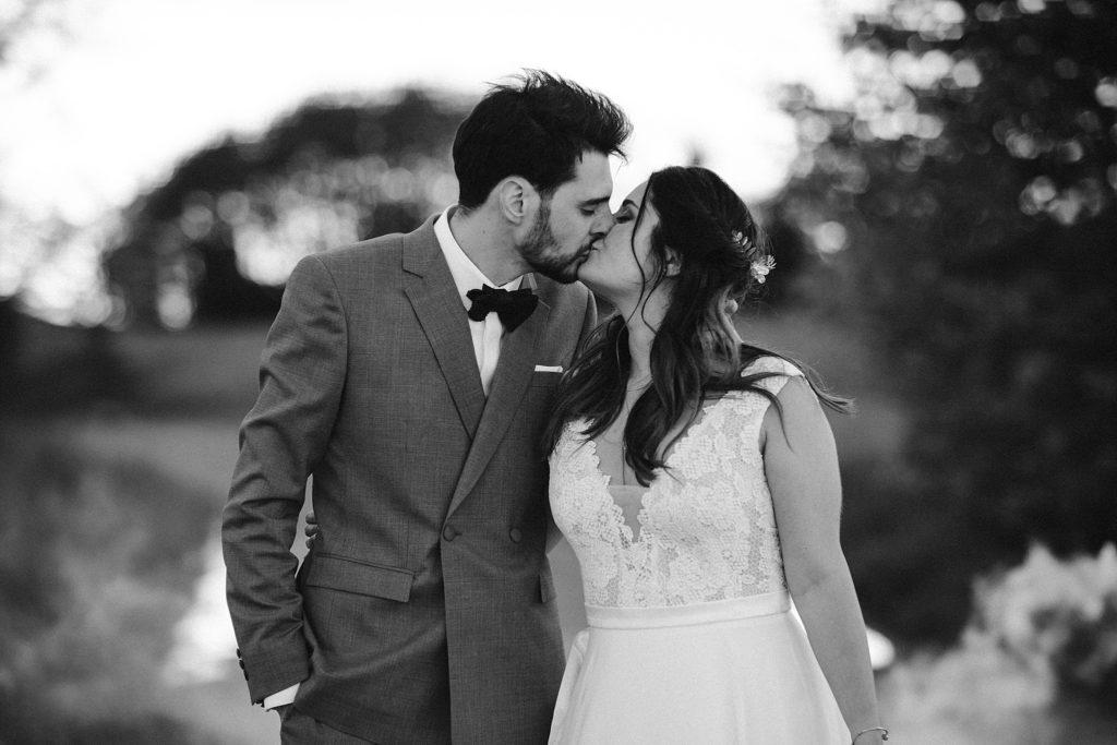 Photographe Mariage Yvelines baisé des mariés seance couple noir et blanc
