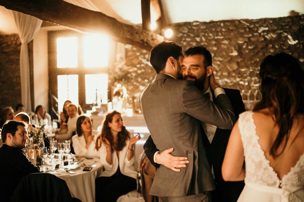 Photographe Mariage Yvelines embrassades entre freres mariage