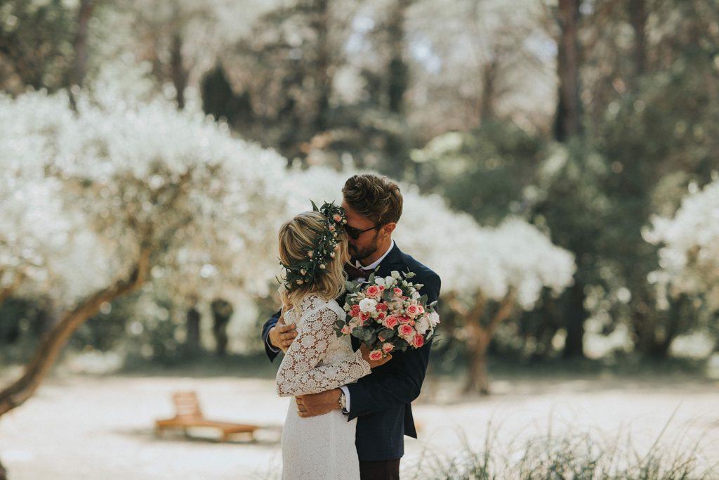 Un mariage à la plage first look avec les oliviers