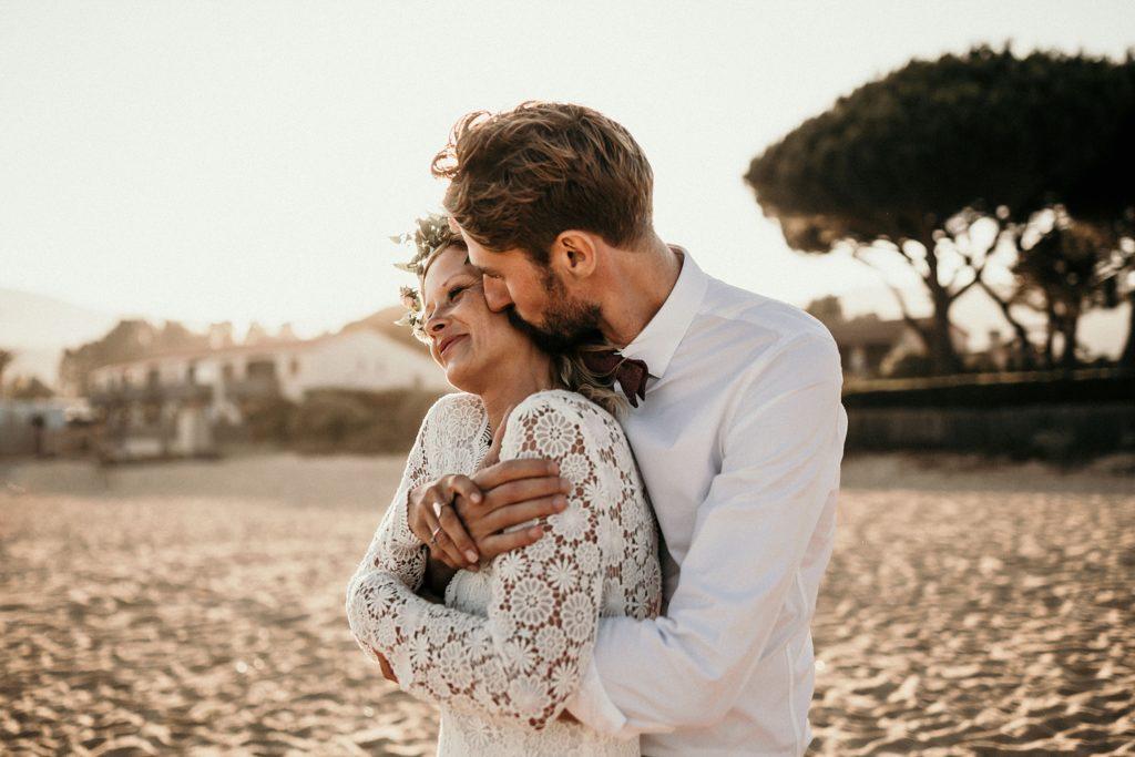 Un mariage à la plage complicité mariés coucher soleil