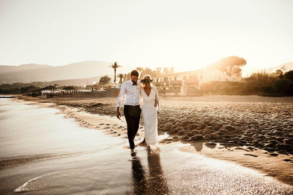 Un mariage à la plage mariés marchent plage coucher soleil