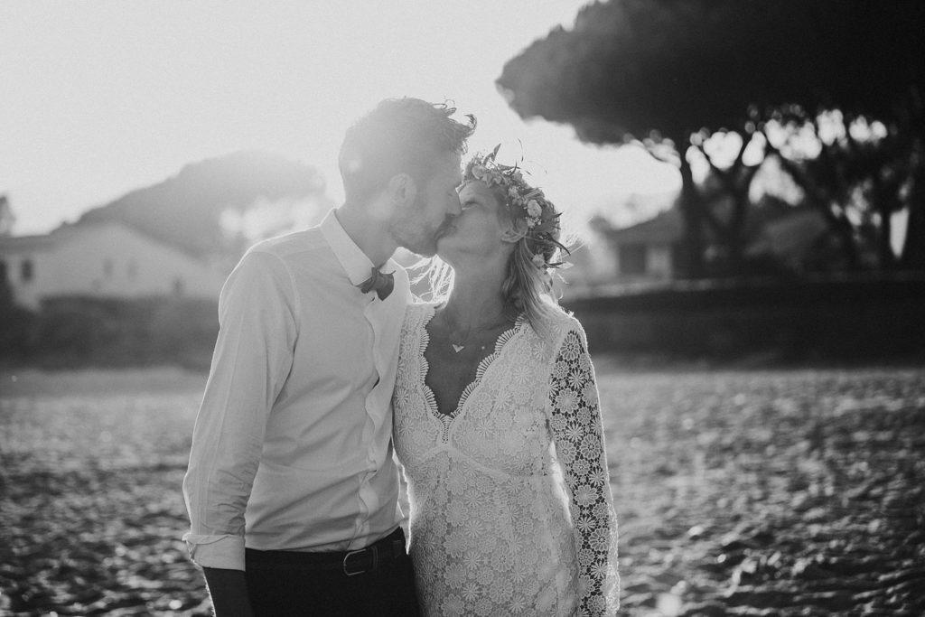 Un mariage à la plage bisou mariés noir et blanc