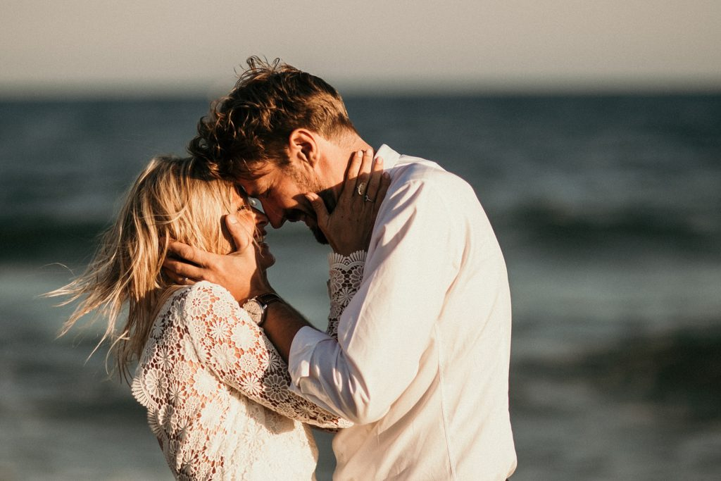 Un mariage à la plage mariés front contre front