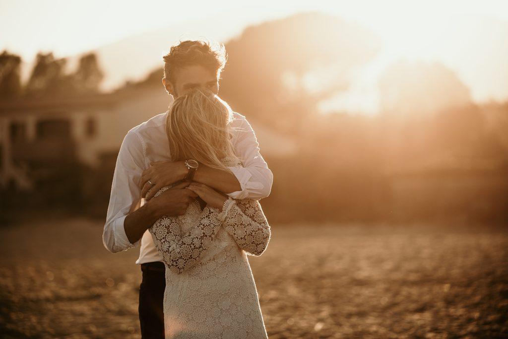 Un mariage à la plage mariés plage gigaro coucher soleil