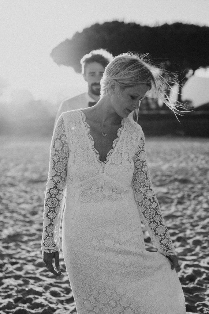 Un mariage à la plage mariée en noir et blanc au coucher soleil