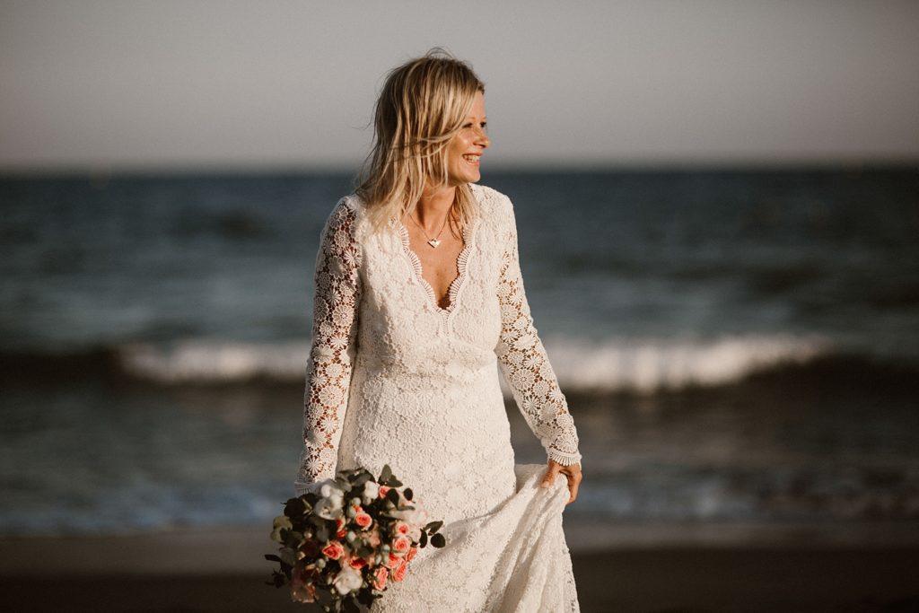 Un mariage à la plage mariée face à la mer
