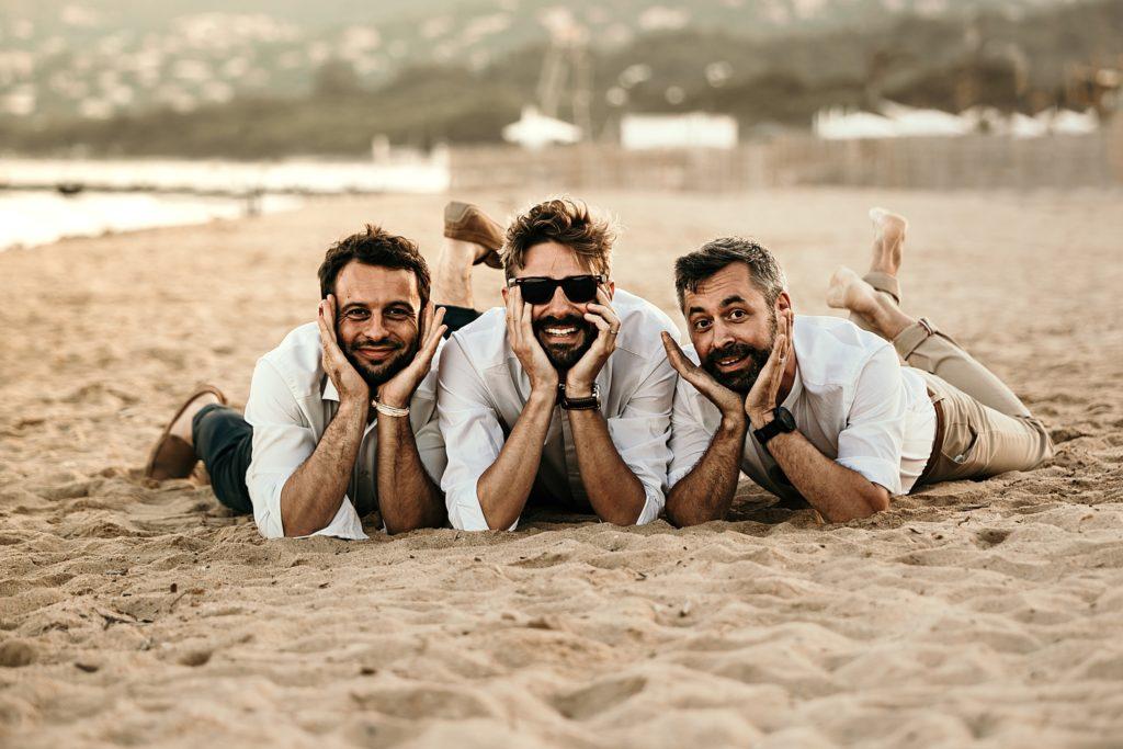 Un mariage à la plage photo de groupe fun avec témoins