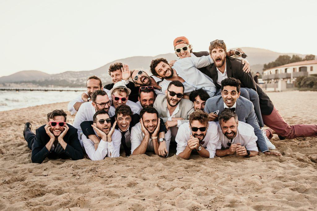 Un mariage à la plage photo avec témoins marié