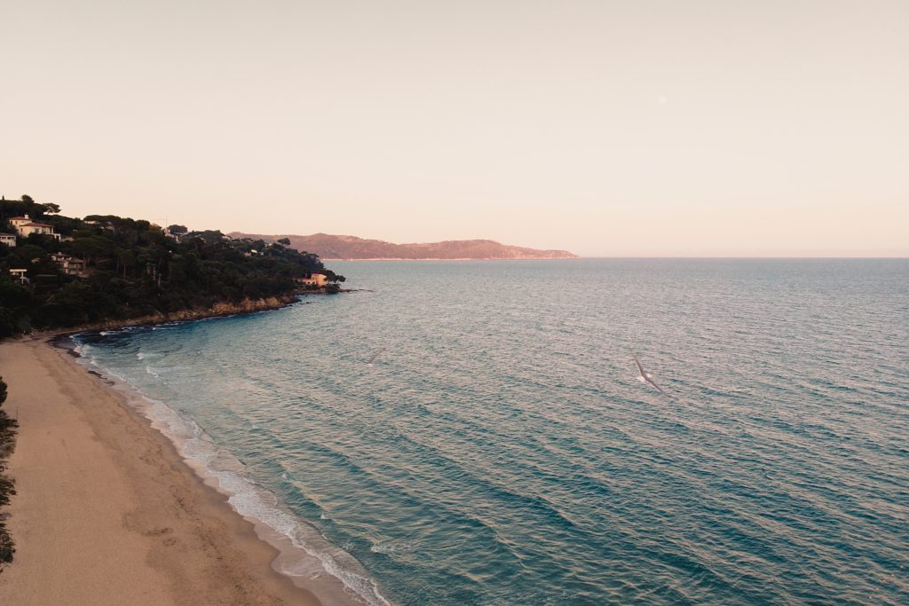 Un mariage à la plage vue gigaro drone