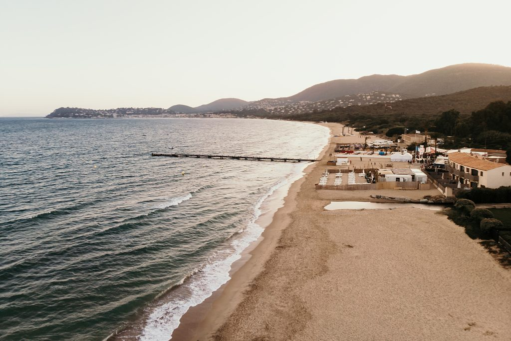 Un mariage à la plage vue aérienne cavalaire sur mer