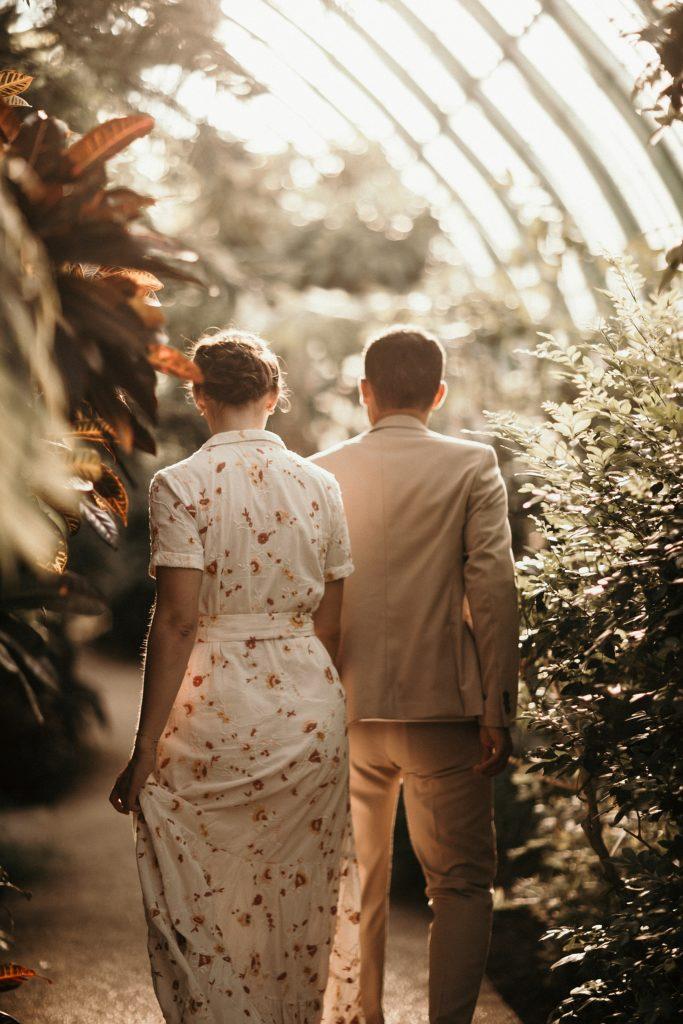 Séance engagement à paris couple qui marche sous les serres d'auteuil