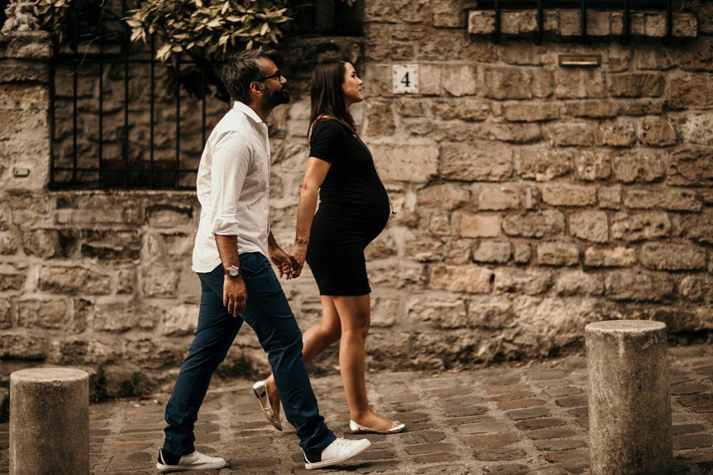 Une séance photo grossesse à Montmartre femme enceinte marche a montmartre