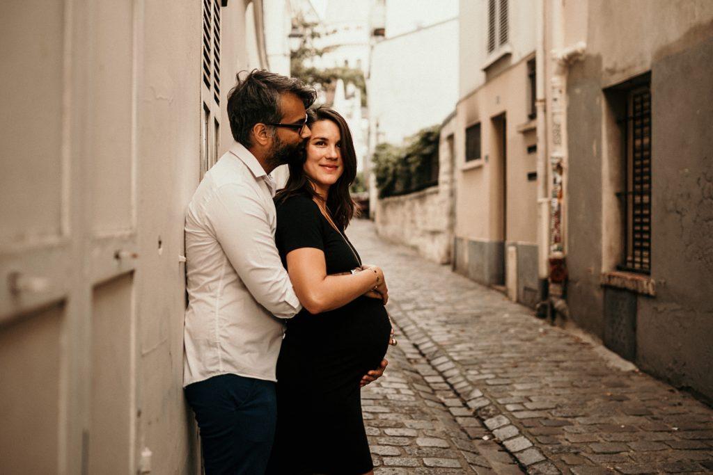 Une séance photo grossesse à Montmartre couple avec femme enceinte paris