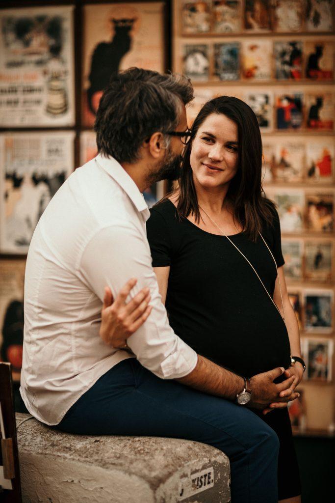 Une séance photo grossesse à Montmartre couple amoureux montmartre