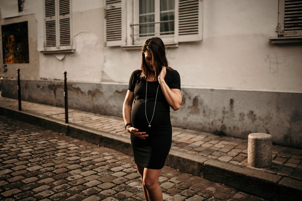 Une séance photo grossesse à Montmartre femme enceinte a montmartre