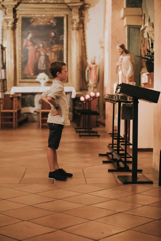 mariage bormes mimosas enfant devant bougies