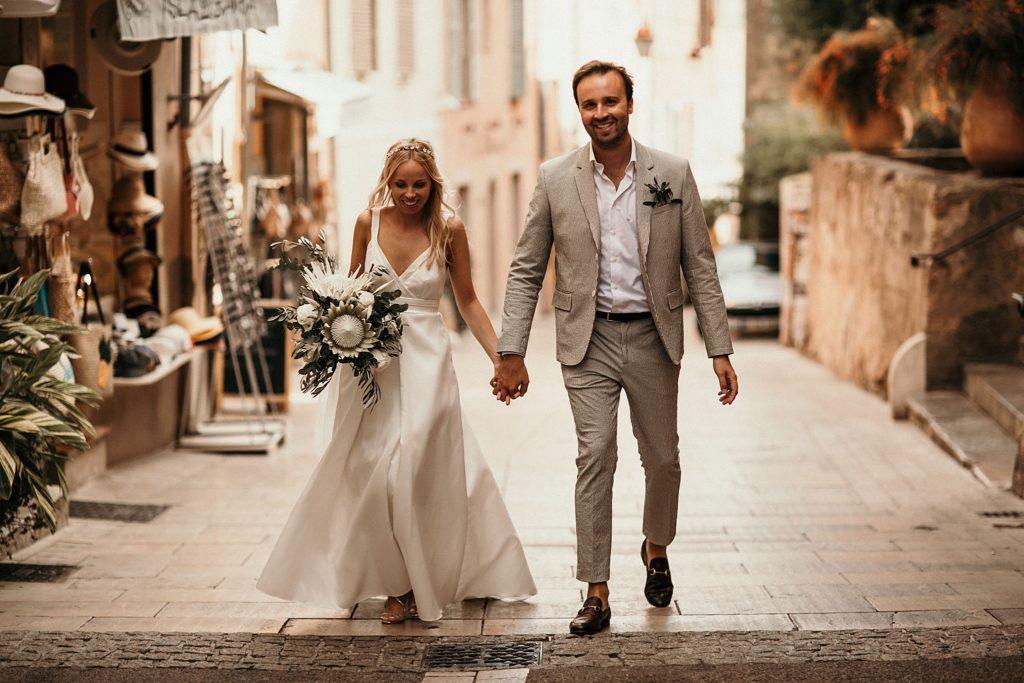 mariage bormes mimosas mariés marchent dans rue du village