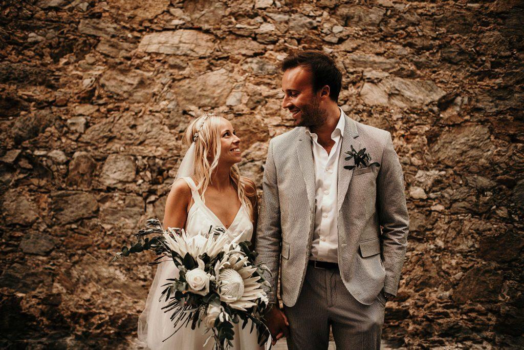 mariage bormes mimosas mariés dans ruelles village