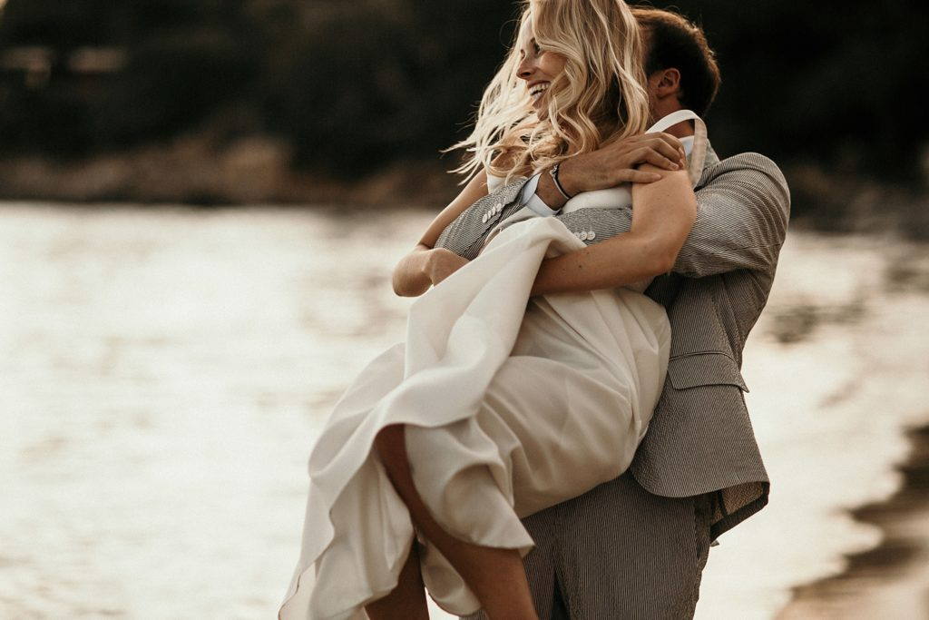 Photographe Mariage Lavandou mariée amoureux sur plage fossette
