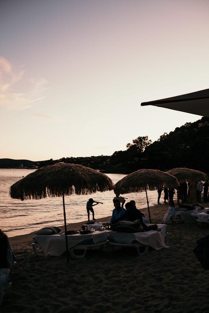 Photographe Mariage Lavandou ambiance fin de journée sur plage fossette