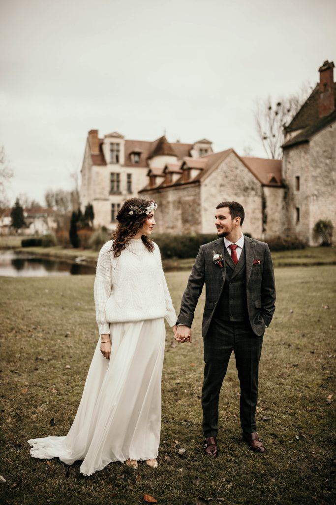Se marier en hiver photo devant château Pontarmé
