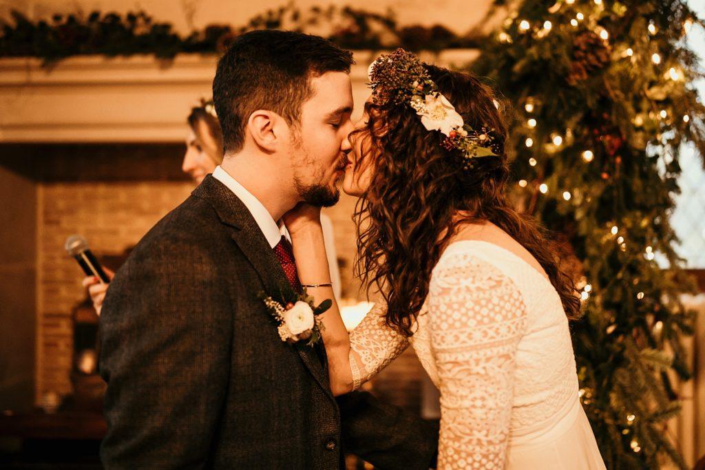 Se marier en hiver baiser des mariés après cérémonie