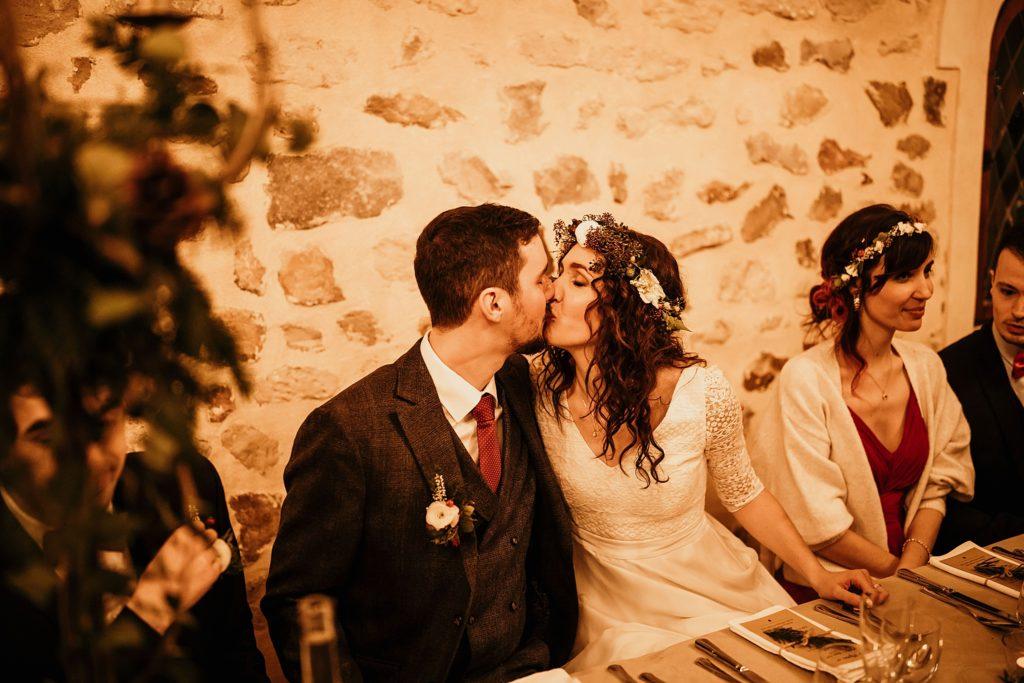 Se marier en hiver mariés à table